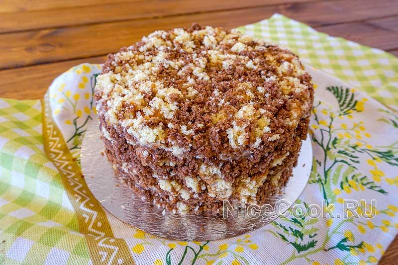 Домашний торт девичий - покрываем торт бисквитной крошкой
