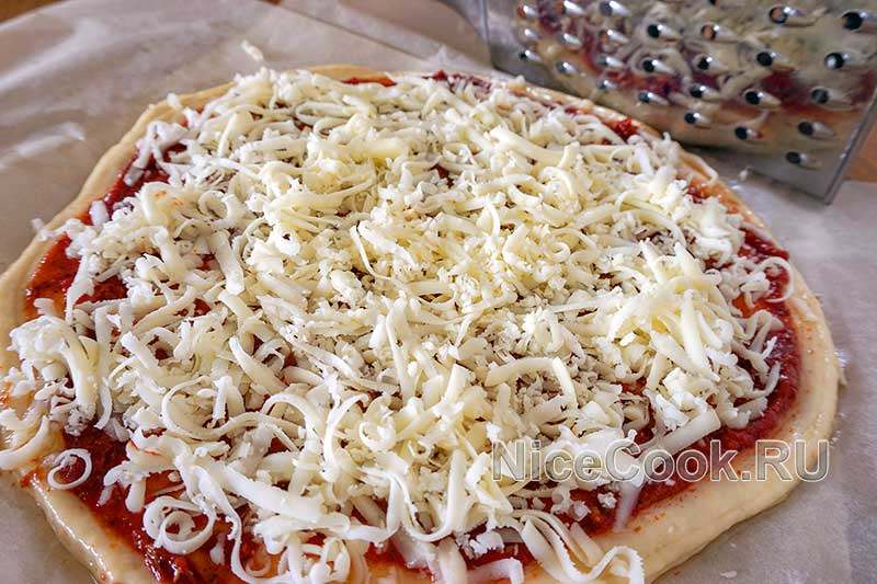 Домашняя пицца пепперони - посыпаем пиццу сыром