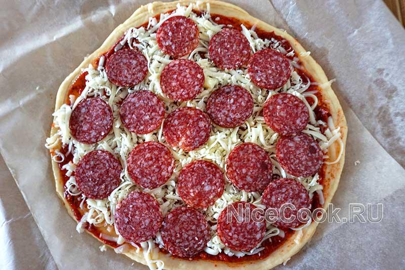 Домашняя пицца пепперони - выкладываем колбасу на пиццу