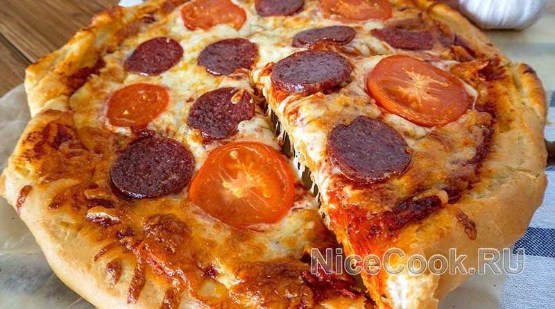 Домашняя пицца с помидорами и колбасой - готовая пицца
