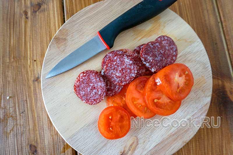 Домашняя пицца с помидорами и колбасой - нарезаем томаты и колбасу