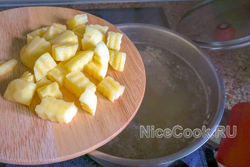 Куриный суп с клецками - картофель в суп