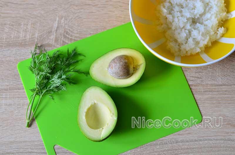 Салат с авокадо огурцами и помидорами - нарезаем авокадо