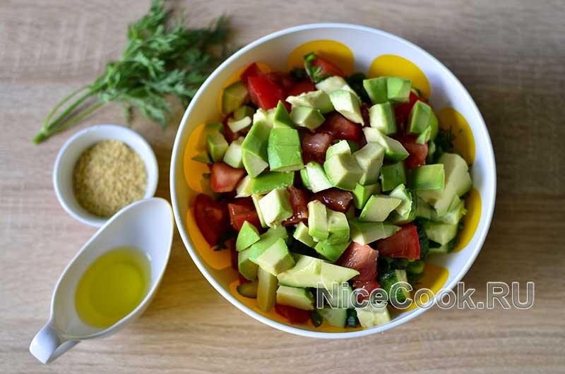 Салат с авокадо огурцами и помидорами - смешиваем ингредиенты