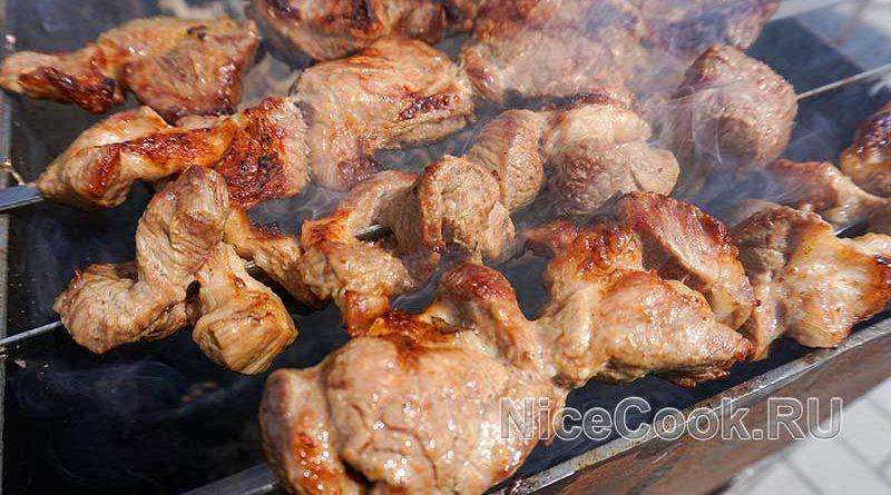 Шашлык из свинины на минералке с лимоном - готовое мясо
