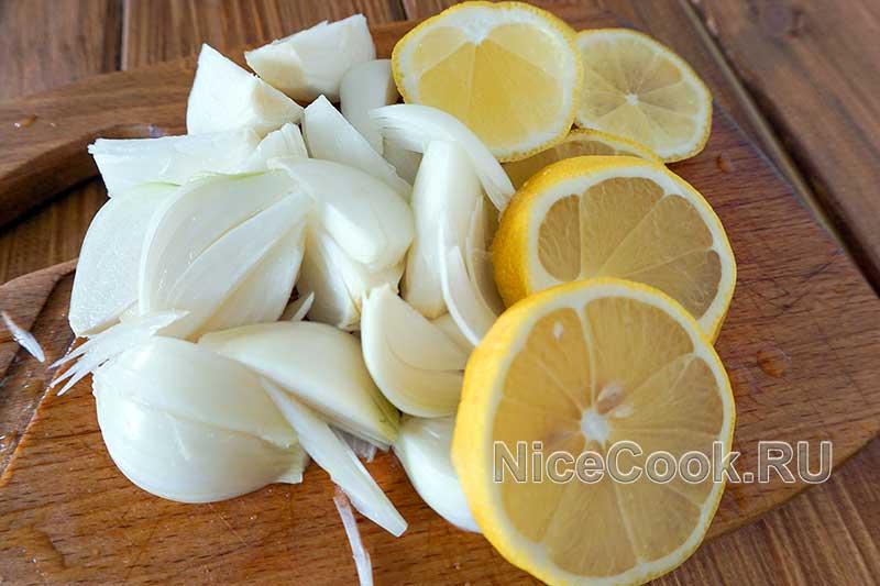 Шашлык из свинины на минералке с лимоном - нарезаем лук и лимон