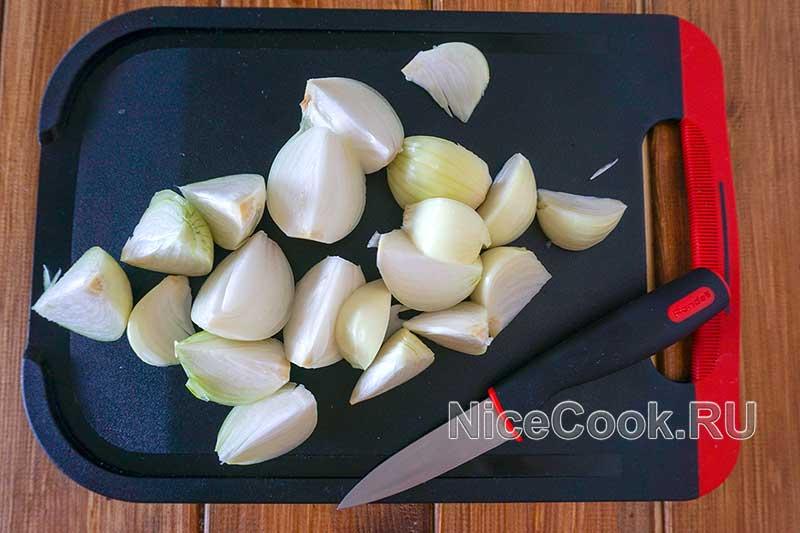 Шашлык из свинины с томатным маринадом - нарезаем лук