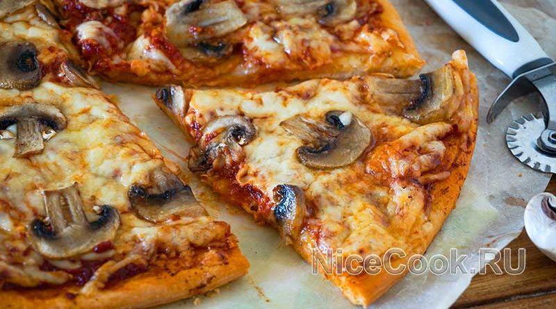 Домашняя грибная пицца с шампиньонами - кусочек пиццы