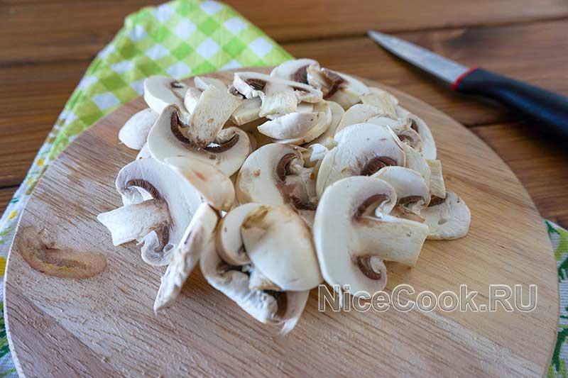 Домашняя грибная пицца с шампиньонами - нарезаем грибы