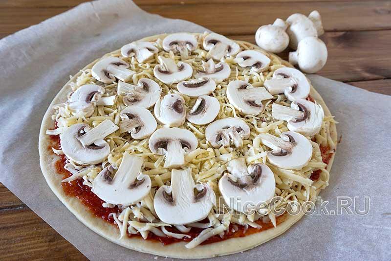Домашняя грибная пицца с шампиньонами - покрываем пиццу грибами