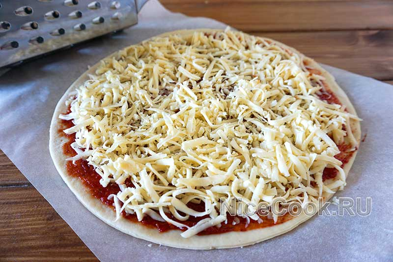 Домашняя грибная пицца с шампиньонами - покрываем пиццу сыром