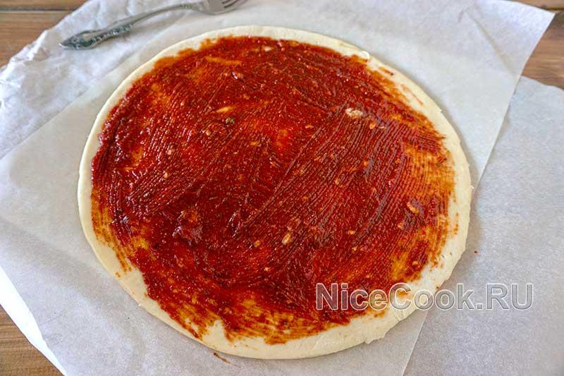 Домашняя грибная пицца с шампиньонами - покрываем тесто соусом