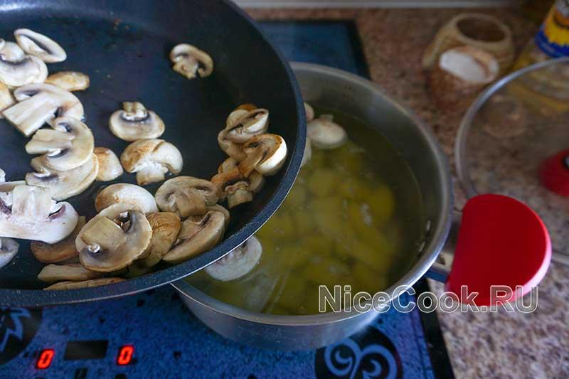 Грибной суп из шампиньонов - добавляем грибы в суп