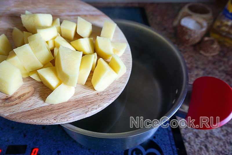 Грибной суп из шампиньонов - добавляем картофель в суп