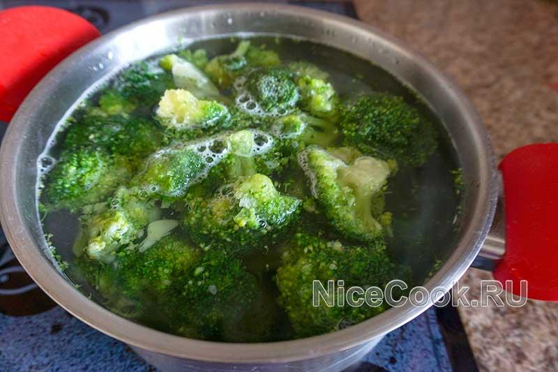Как варить брокколи - добавляем брокколи в кипящую воду