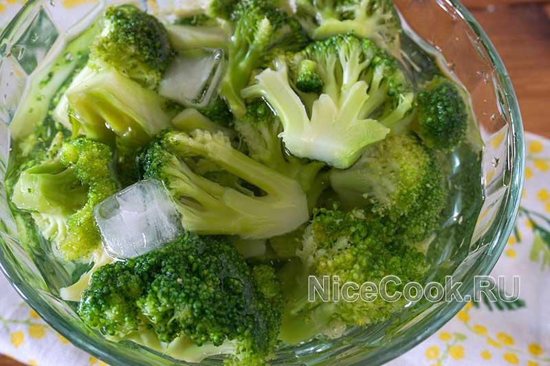 Как варить брокколи - добавляем брокколи в ледяную воду