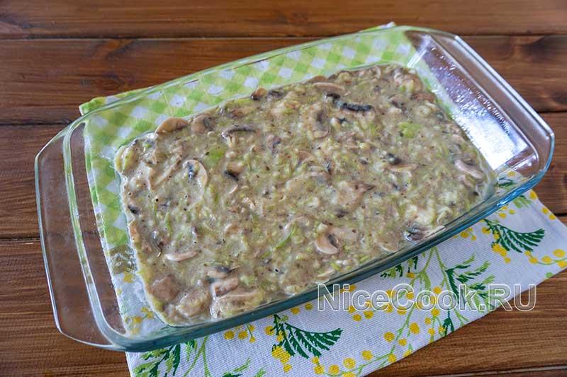 Запеканка из кабачков с грибами в духовке - помещаем начинку в форму