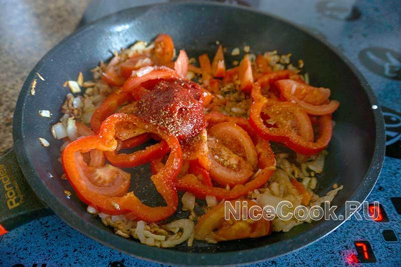 Шакшука по-израильски - добавляем томатную пасту