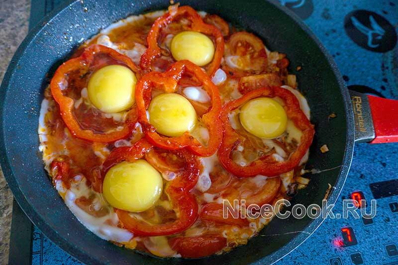 Шакшука по-израильски - добавляем яйца