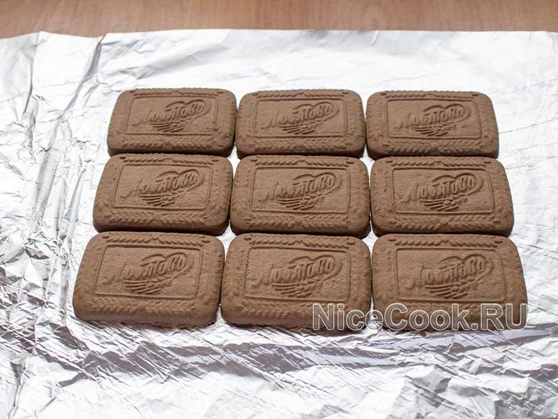 Творожный домик из печенья без выпечки - выкладываем первый слой